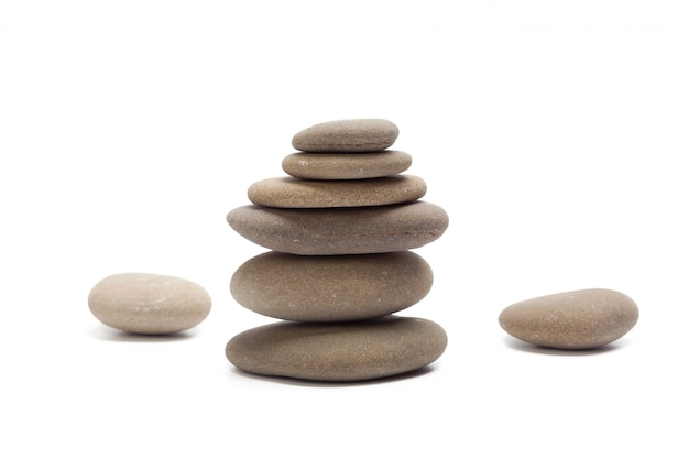 Pila de piedras aisladas en blanco