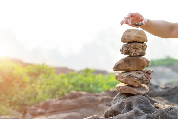 Pila de piedras de equilibrio y armonía, diferencia siempre sobresaliente y puesta encima.