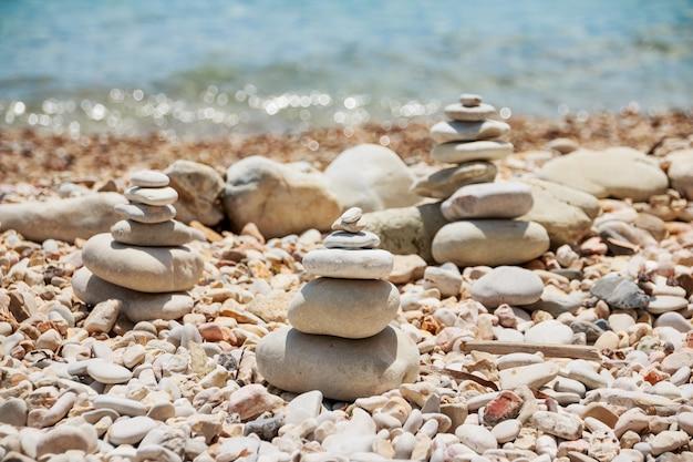 Pila de piedras la pila de los guijarros en la costa del mar.