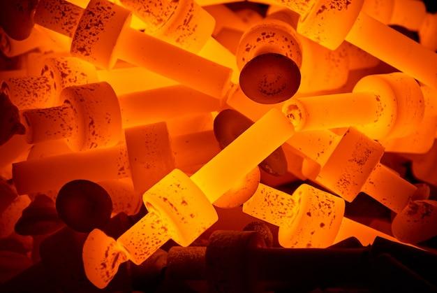Pila de piezas de acero caliente.