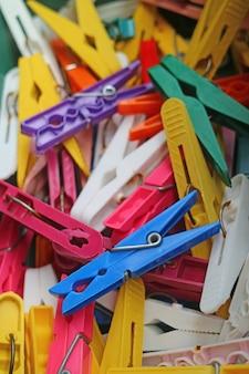Pila de pinzas coloridas