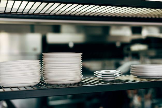 Pila de platos en una cocina comercial.