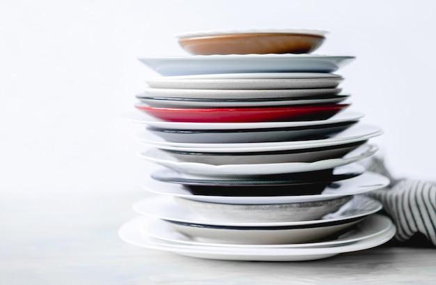 Pila de platos diferentes