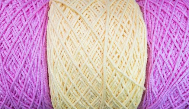 Pila del primer de fondo púrpura y amarillo de la textura del hilado