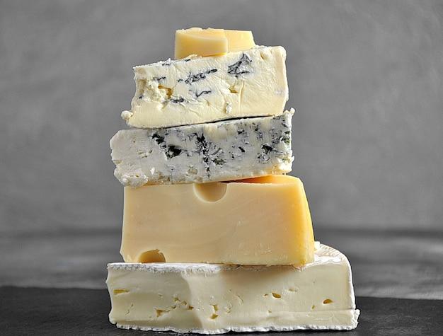 Pila de queso plato de queso con variedad de queso.