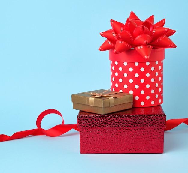 Pila de regalos envueltos con lazos anudados en azul