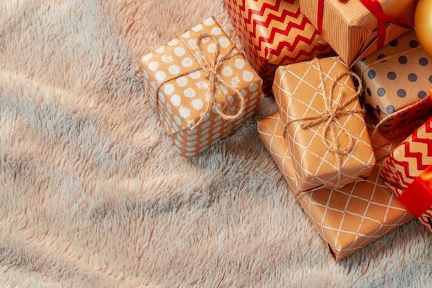 Pila de regalos de navidad sobre alfombra beige