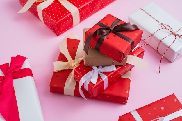 Pila de regalos de san valentín