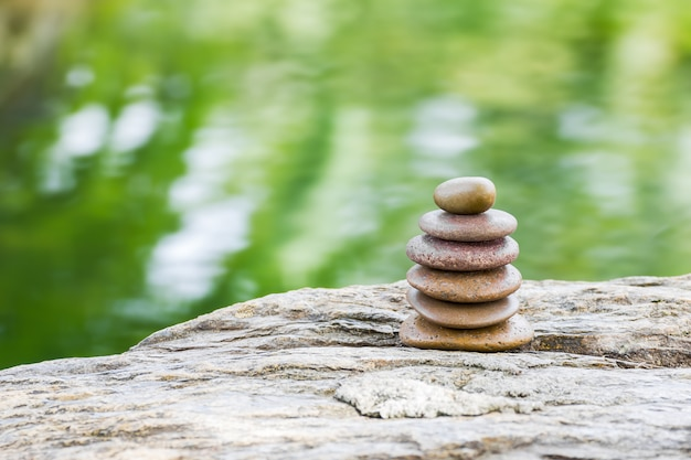 Pila de rocas zen en el jardín