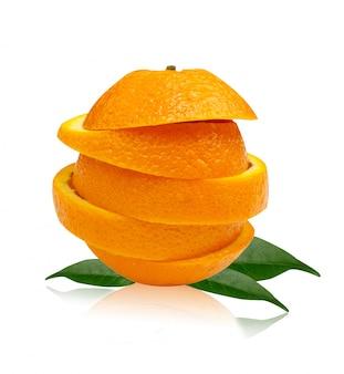 Pila de rodajas de naranja aisladas sobre fondo blanco