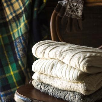 Pila de ropa de abrigo en la silla