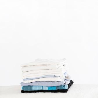 Pila de ropa limpia copia espacio