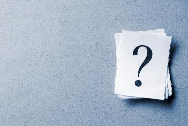 Pila de signos de interrogación impresos