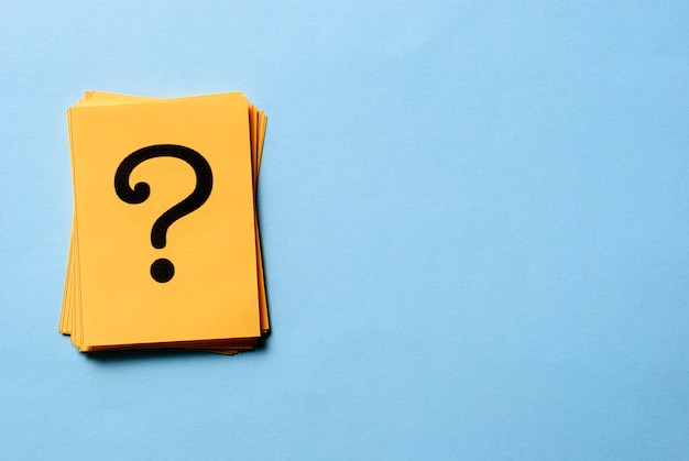 Pila de signos de interrogación en tarjetas amarillas
