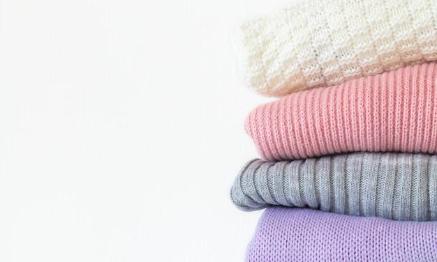 Pila de suéteres de invierno de punto acogedor