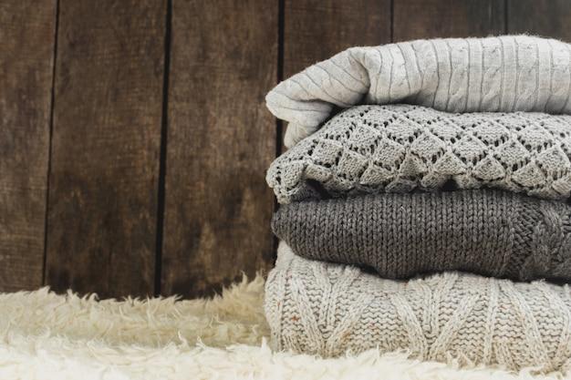 Pila de suéteres de punto acogedoras