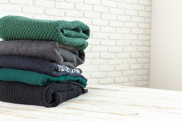 Pila de suéteres de punto blancos y acogedores