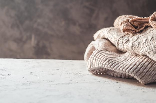 Una pila de suéteres de punto, el concepto de calidez y comodidad, afición, fondo, primer plano