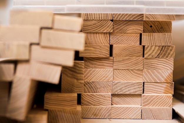 Pila de tablones de madera en el taller.