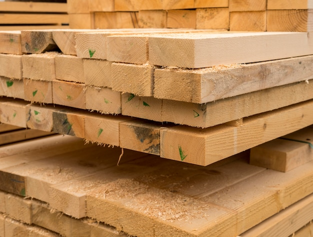 Pila de tablones de madera vista frontal