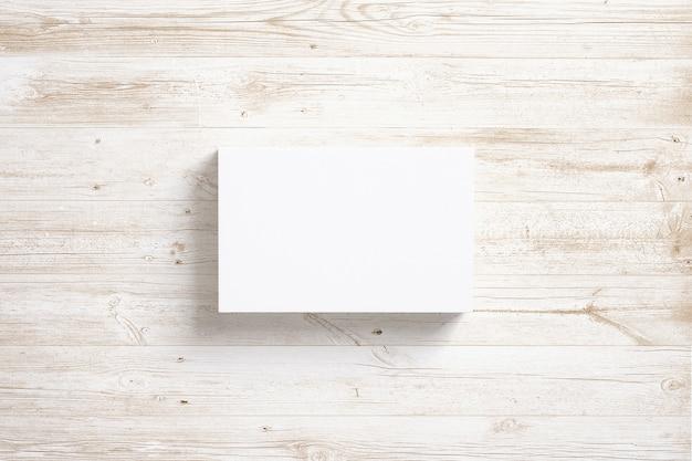 Pila de tarjetas en blanco en el escritorio de madera.