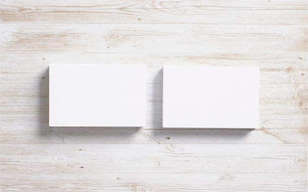 Pila de tarjetas en blanco sobre fondo de madera