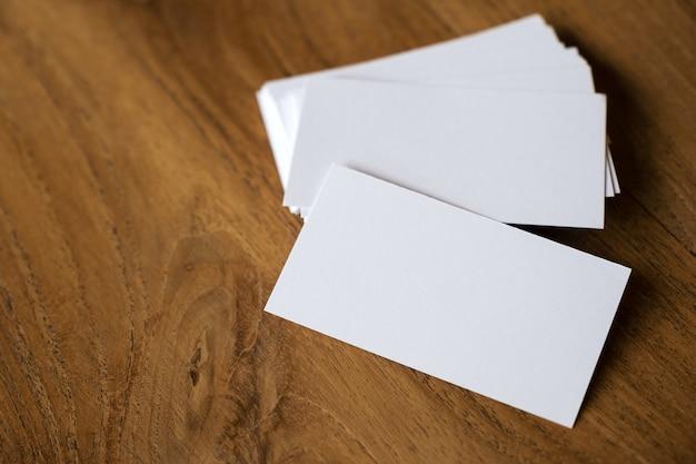 Pila de tarjetas en el fondo de la mesa de madera