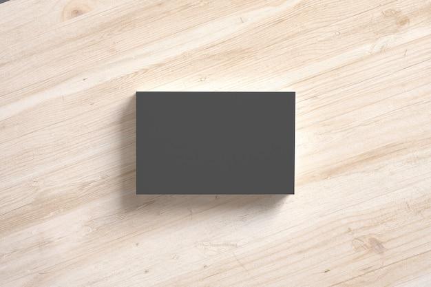 Pila de tarjetas de papel negro en escritorios de madera. plantilla para exhibir su presentación.