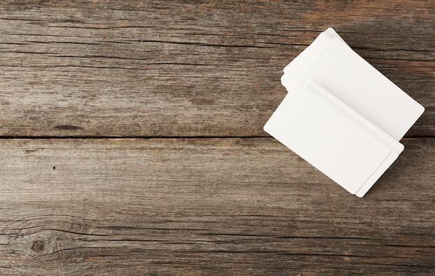 Pila de tarjetas rectangulares en blanco blanco