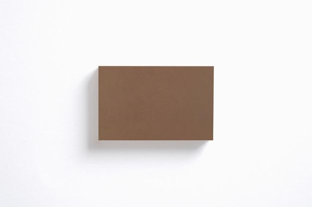 Pila de tarjetas de visita de cartón en blanco aislado en la vista superior blanca