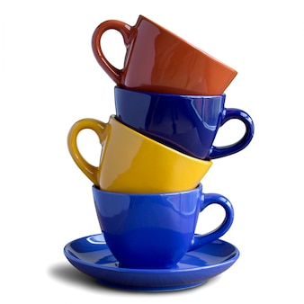 Pila de tazas de café de colores aislados en blanco