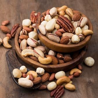 Pila de tazones llenos de frutos secos orgánicos vista alta