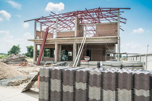 Pila de tejas para construir una nueva casa en el sitio de construcción