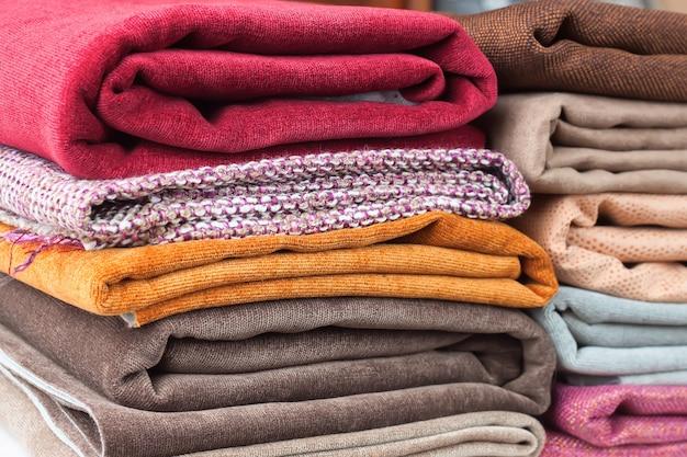 Pila de textil colorido doblado. montón de tela de tela
