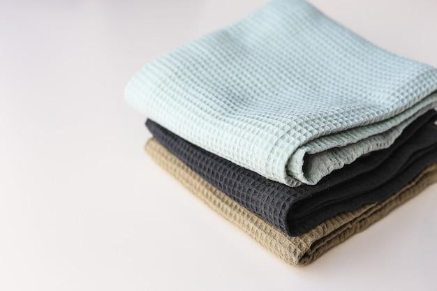 Pila de toallas de algodón de cocina sobre fondo blanco.