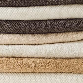 Pila de toallas de baño dobladas. bienestar, tratamiento