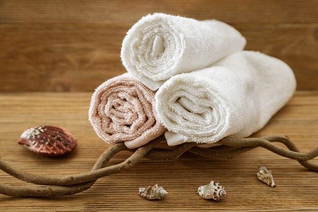 Pila de toallas de baño en madera