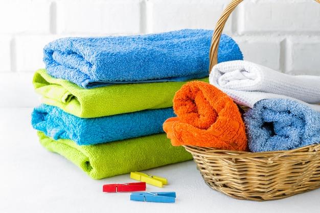 Pila de toallas limpias suaves sobre fondo blanco