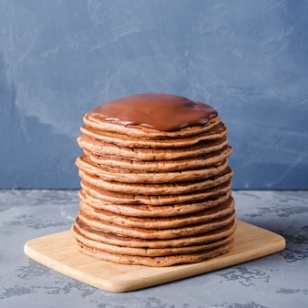 Una pila de tortitas de chocolate.