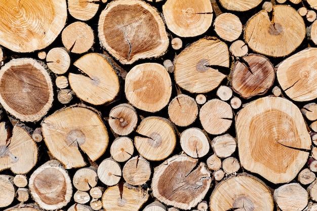 Pila de troncos de madera listos para el invierno.