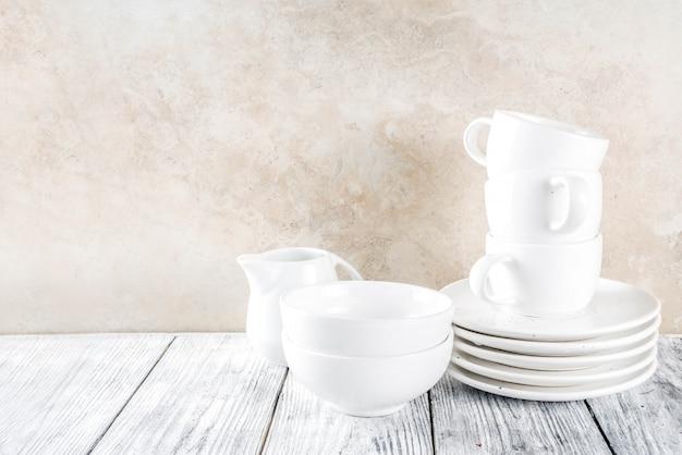 Pila de utensilios de cocina vacíos y limpios