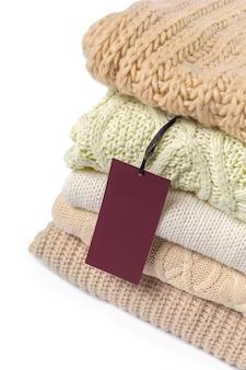Pila de varios suéteres aislados en blanco