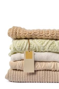 Pila de varios suéteres aislados
