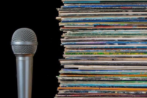 Una pila de viejos discos y micrófono.