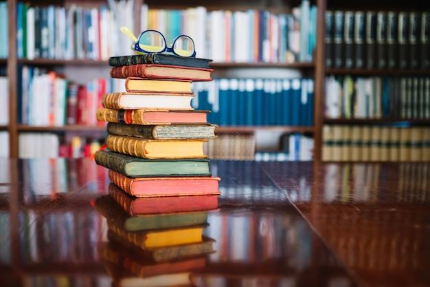Pila de viejos libros en la biblioteca