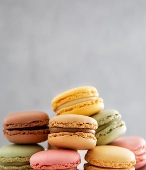 Pila de vista frontal de macarons dulces