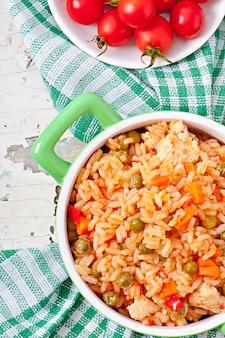 Pilaf con pollo, zanahoria y guisantes
