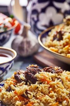 Pilaf uzbeko en platos azules y dorados