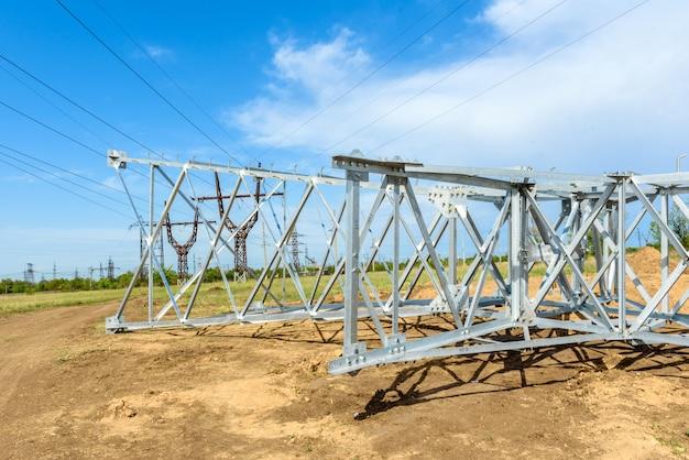 Pilar eléctrico de alta tensión desde abajo. una torre de electricidad de alto voltaje. una torre de transmisión de energía de alto voltaje