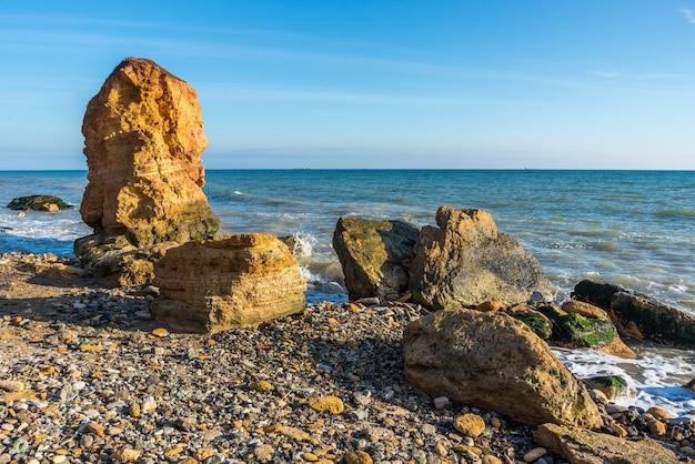Pilar de piedra en la costa del mar negro